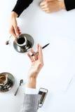 работа работников офиса кофе выпивая Стоковые Изображения