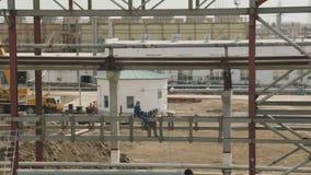 Работа 2 работников с электрической сваркой сток-видео