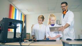 Работа ребеят школьного возраста с современным принтером 3D Современная концепция образования видеоматериал