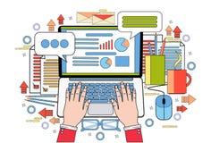 Работа рук на рабочем месте стола офиса отчете о данным по статистики дела диаграммы финансов портативного компьютера Стоковое Изображение RF