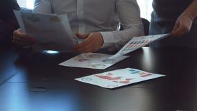 Работа рук с финансовыми документами сток-видео
