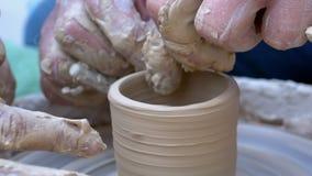 Работа рук ` s гончара с вазой глины на колесе ` s гончара движение медленное видеоматериал