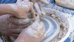 Работа рук ` s гончара с глиной на колесе ` s гончара акции видеоматериалы