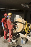 работа смесителя людей цемента вертикальная Стоковые Изображения RF