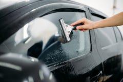 Работа специалиста, окно автомобиля подкрашивая установку стоковые фотографии rf