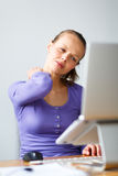 Работа слишком трудно- молодой женщины работая на компьютере стоковые фото
