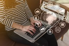 Работа с ноутбуком на кофейне, технология красивой молодой подростковой женщины независимая схематическая IOT стоковые изображения rf