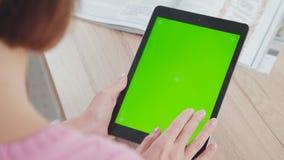 Работа с планшетом: зеленый экран и женские руки видеоматериал