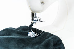 Работа с предпосылкой белизны изолята швейной машины Стоковое фото RF