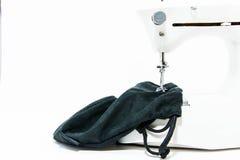 Работа с швейной машиной на белой предпосылке Стоковые Фото