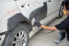 Работа тела автомобиля после аварии путем подготавливать автомобиль для pai стоковые изображения