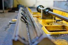Работа токарного станка и масло двигателя Ремонт токарного станка, шлифовального станка, направлять и splined вала стоковая фотография