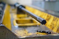 Работа токарного станка и масло двигателя Ремонт токарного станка, шлифовального станка, направлять и splined вала стоковое фото