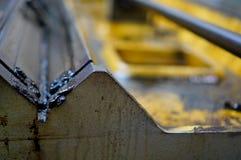 Работа токарного станка и масло двигателя Ремонт токарного станка, шлифовального станка, направлять и splined вала стоковые фотографии rf