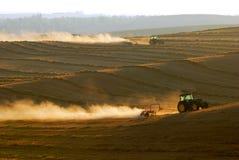 работа тракторов поля Стоковое Фото