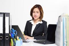 Работа умной коммерсантки азиатская в офисе на таблице Стоковое фото RF