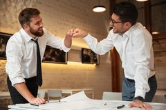 Работа 2 успешная уверенно умных бизнесменов Стоковое фото RF