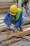 Работа формы тимберса плотника изготовляя на строительной площадке Стоковые Фотографии RF