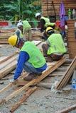 Работа формы тимберса плотника изготовляя на строительной площадке Стоковая Фотография RF