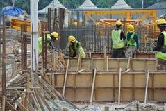 Работа формы тимберса плотника изготовляя на строительной площадке Стоковое Изображение RF