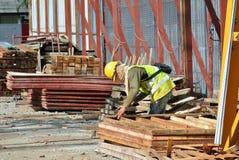 Работа формы тимберса плотника изготовляя на строительной площадке Стоковые Изображения