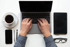 Работа человека работая на их компьютерах взгляд сверху стоковая фотография rf