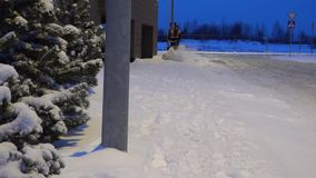 Работа человека с машиной снега дуя 4K видеоматериал