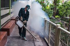 Работа человека fogging для того чтобы исключить москита для предотвращать распространенный вирус тропической лихорадки и zika Стоковая Фотография RF