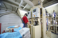 Работа человека на фабрике Caparol Стоковое Фото
