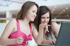 Работа 2 девушок на компьтер-книжке, Стоковое Изображение RF