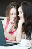 Работа 2 девушок на компьтер-книжке Стоковое Изображение