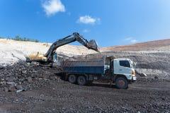 работа backhoe в угольной шахте стоковое фото