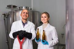 2 работника винзавода на фабрике пива Стоковые Фото