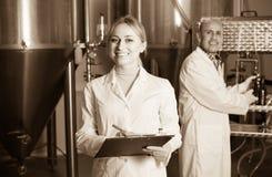2 работника винзавода на фабрике пива Стоковое Фото
