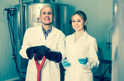 2 работника винзавода на фабрике пива Стоковые Изображения