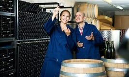 2 работника винодельни держа бокал вина Стоковые Изображения RF