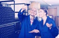 2 работника винодельни держа бокал вина Стоковые Фото