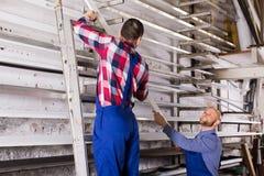 2 работника выбирая профиль окна PVC Стоковое Фото