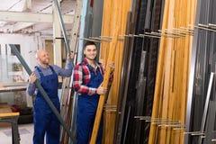 2 работника выбирая профиль окна PVC Стоковые Фотографии RF