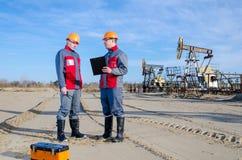 2 работника в месторождении нефти Стоковые Изображения