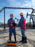 2 работника в месторождении нефти Стоковая Фотография