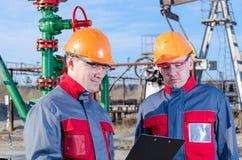 2 работника в месторождении нефти Стоковое Фото