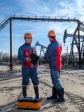 2 работника в месторождении нефти Стоковое фото RF