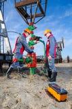 2 работника в месторождении нефти Стоковое Изображение RF