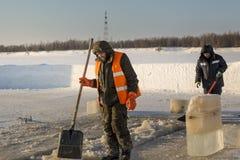2 работника в прозодеждах извлекают лед из отверстия стоковые фотографии rf