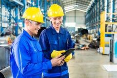 2 работника в производственной установке как команда Стоковое Изображение