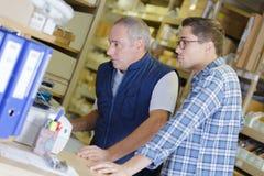 2 работника в складе Стоковые Фотографии RF