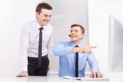 2 работника в центре телефонного обслуживания имея потеху Стоковая Фотография