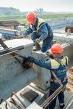 2 работника занятого на строительстве моста Стоковые Фото