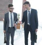 2 работника компании обсуждают вопросы дела Стоковые Фото